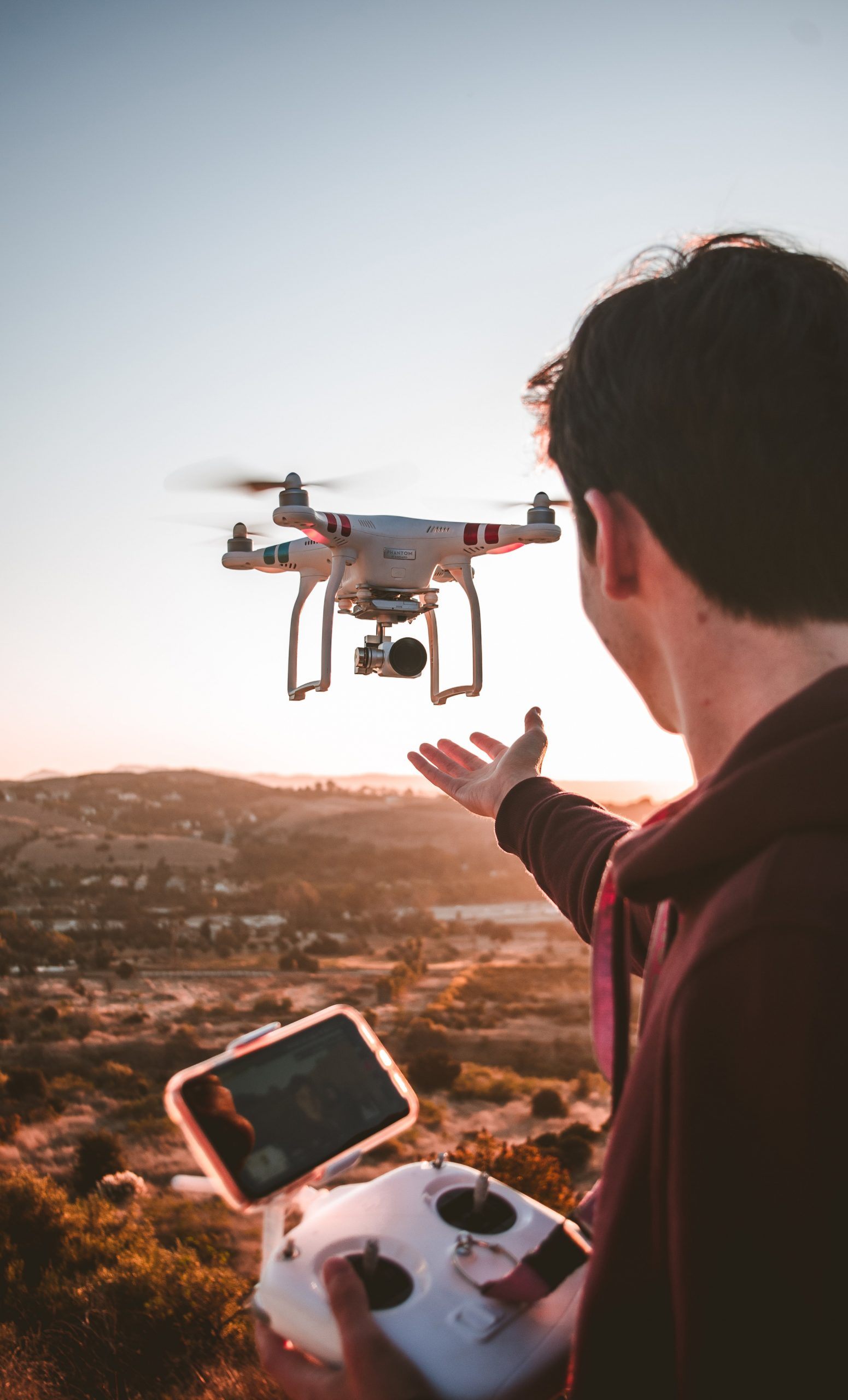 man holding quadcopter remote 3072101 1 scaled - Accesorios