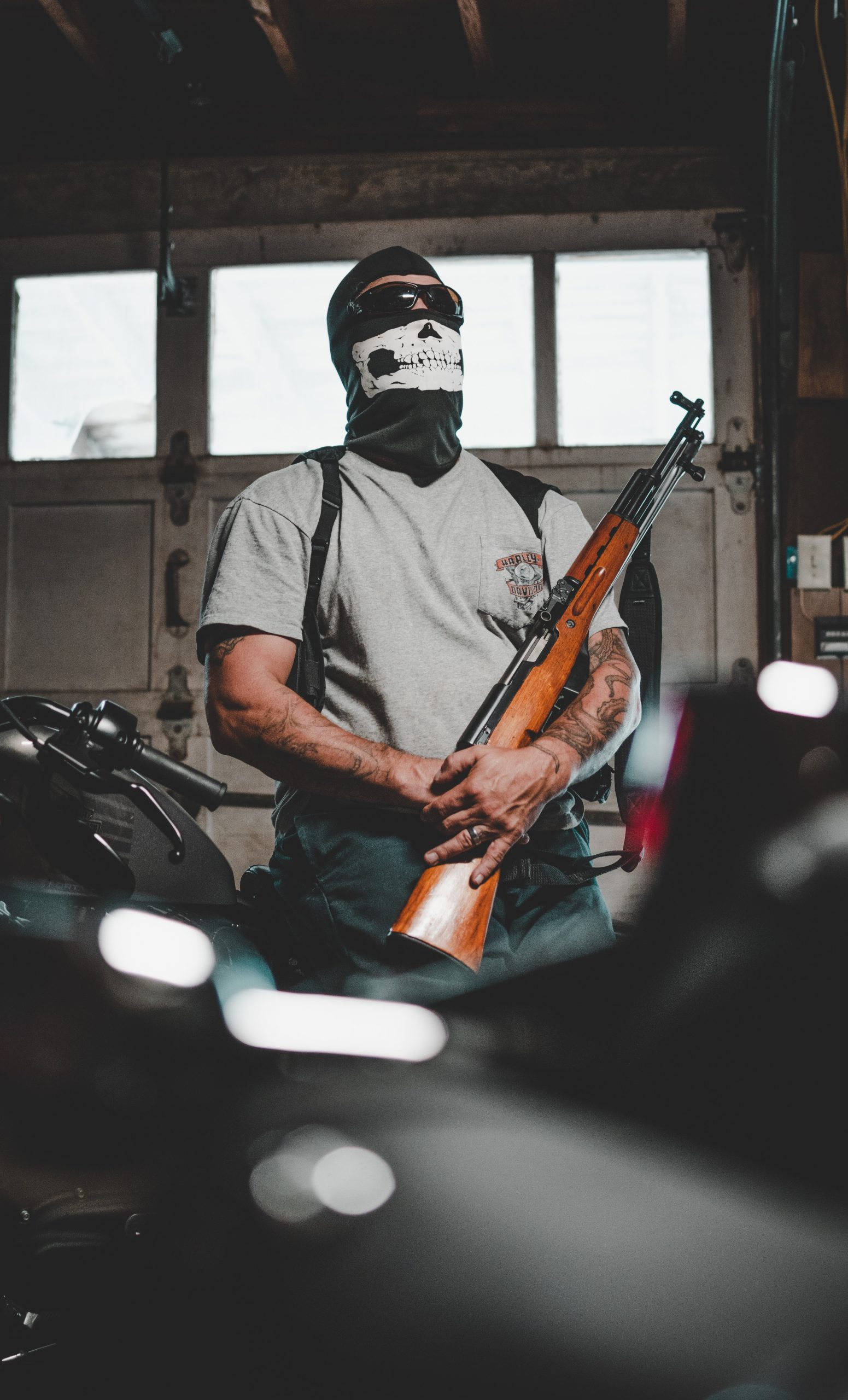 man wearing mask carrying rifle 2805545 scaled - Accesorios